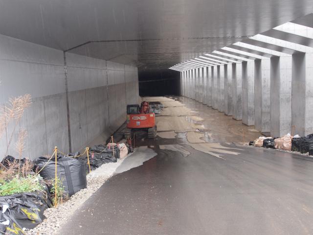 画面奥が小塚山トンネル。