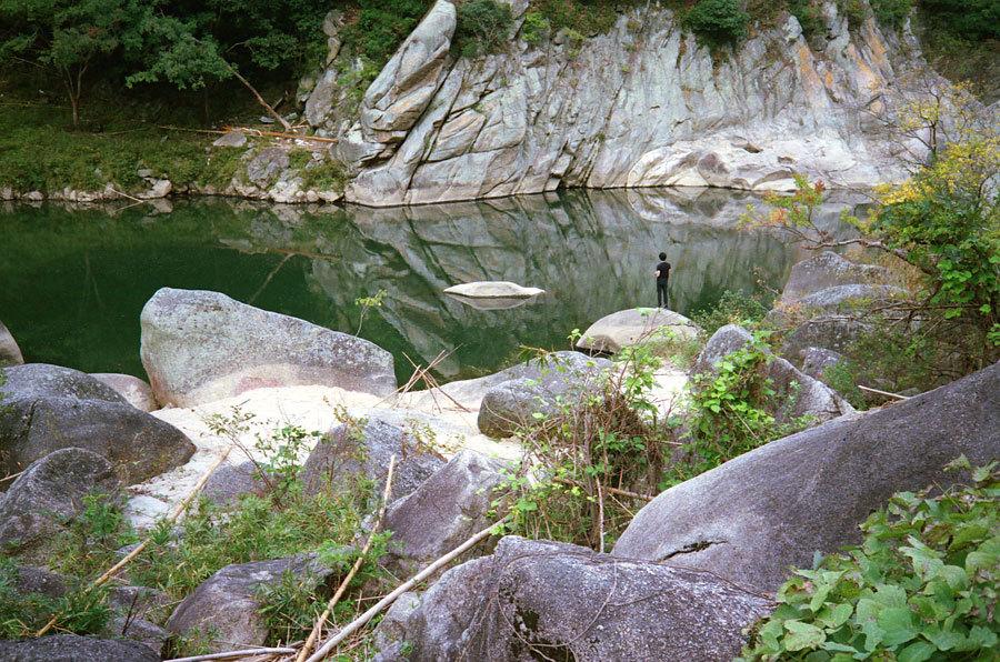 巨石の岸辺