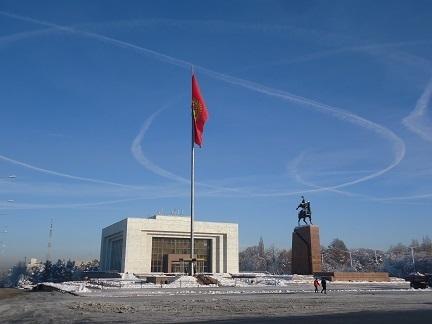首都ビシュケクのマナス像と歴史博物館