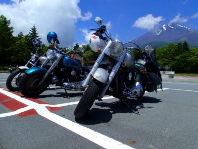 富士山をバックに。