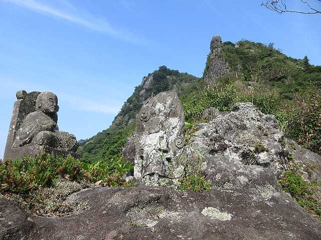 IMG4881JPG石仏と岩峰