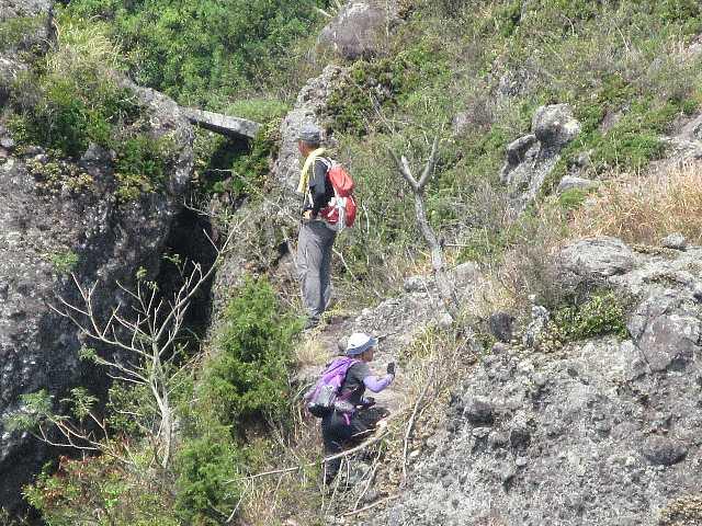 IMG4929JPG西尾根を歩く登山者、お互い手を振って