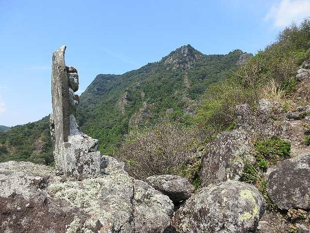 IMG4935JPG石仏と岩峰
