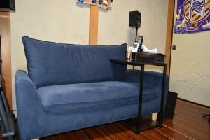 新しい部屋ソファとサイドテーブル