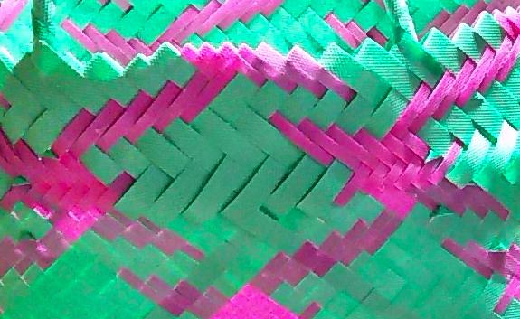 鳥柄のプラかご、編み目の拡大画像