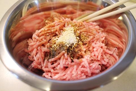 ひき肉に調味料を加える