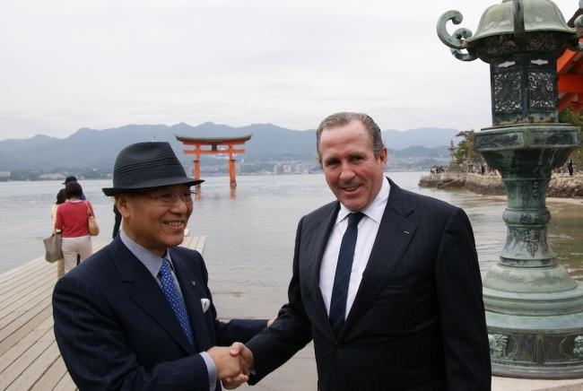 エリック・ヴァニエ市長と眞野勝弘市長が宮島で握手