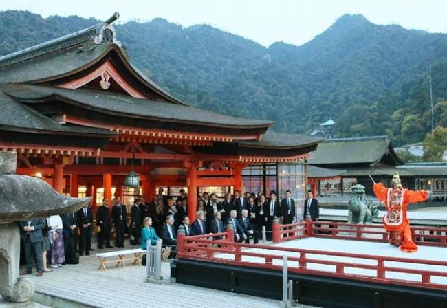 厳島神社で舞楽を鑑賞する各国の外相