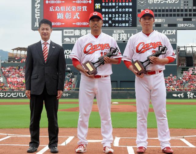 湯崎英彦知事(左)から県民栄誉賞を贈られた黒田博樹と新井貴浩
