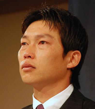 新井貴浩、涙のFA宣言