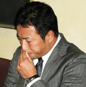大リーグ移籍を表明した会見でカープへの思いを聞かれ、涙を見せる黒田博樹