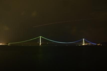 明石海峡大橋と飛行機