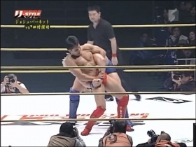田村はバックを取られても冷静にダブルリストロックへ、