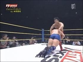 田村蹴り返すとジョシュはカウンターで両足タックル