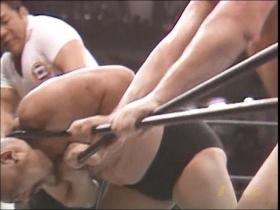 ロープで挟んでカーンを絞首刑!!