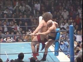 追撃のヒッププッシュはカーンが膝を突き立てて回避して、