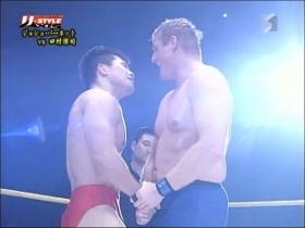 握手を交わす田村とジョシュ