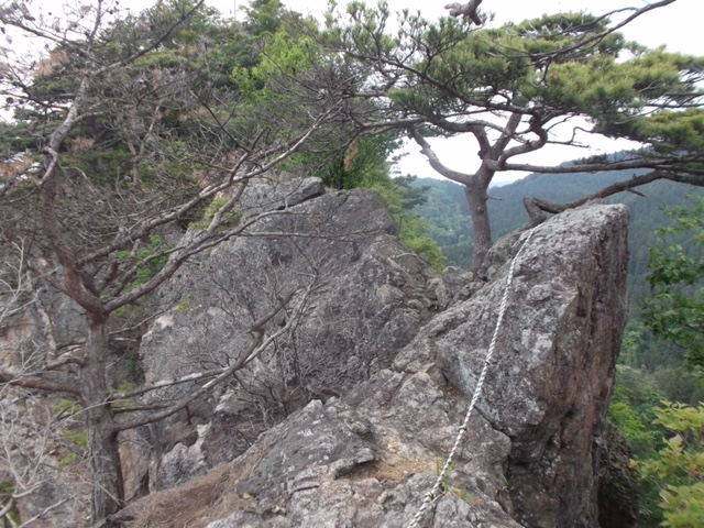 頂上部の岩場を慎重に行く