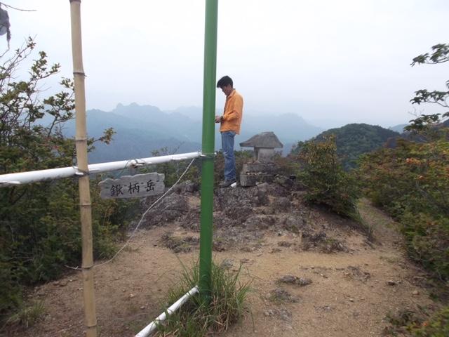 山頂でドローンンを飛ばす若者