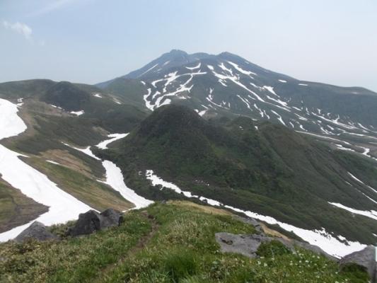 稜線から望む鳥海山