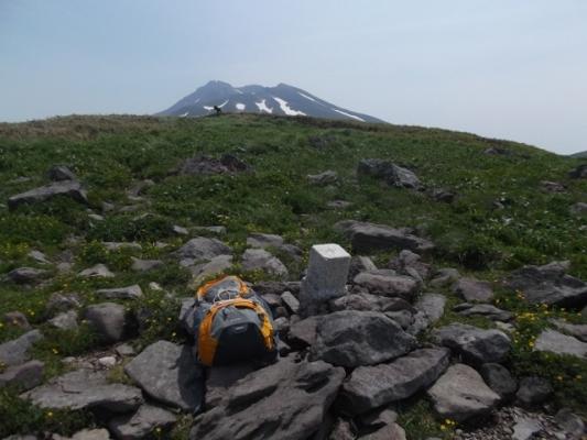 広い草原に三角点があるだけの笙が岳山頂