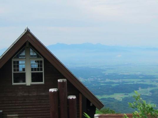 山頂小屋と遠方の頸城三山