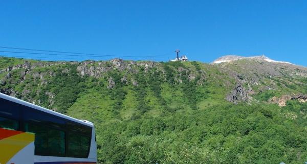 ロープウェイ山麓駅から茶臼岳をのぞむ