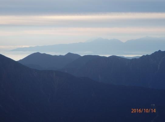 雲海上の甲斐駒の左に富士が一部、見える