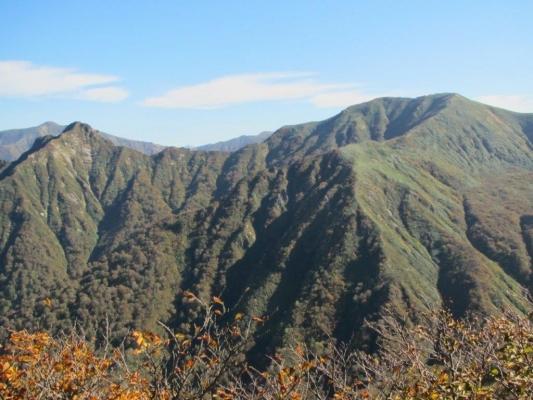 シシゴヤの頭からの七ツ小屋山と大源太山