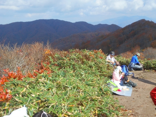 五頭山頂付近から縦走路を展望する