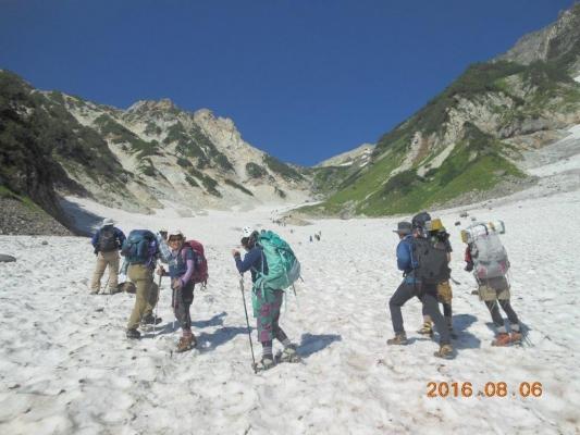 白馬の大雪渓を行く