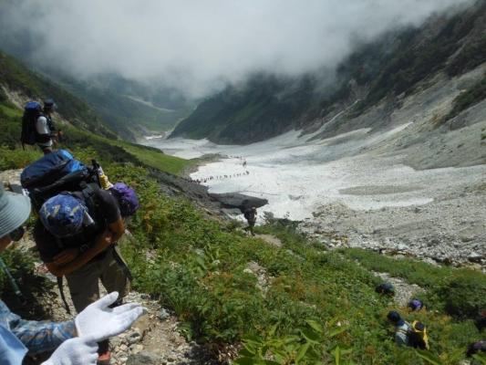 平から大雪渓を見下ろす