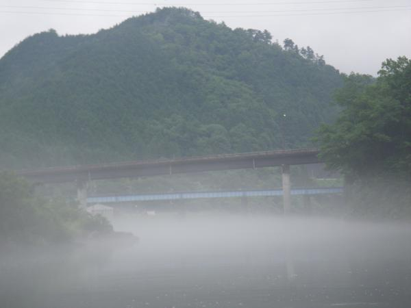 霧に霞む橋