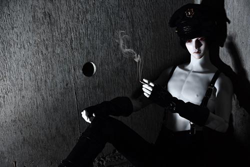 「帝都物語」の加藤保憲としてお迎えした、Ring Doll、Dracula Style-Bを廃墟風スタジオ・プラネアール笹塚で撮影しました。裸サスペンダーに軍帽で、煙草を吸う加藤保憲。