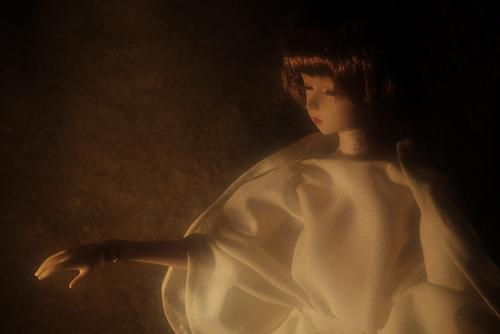 PARABOX、47グレーテルの閉眼ヘッドをメイクした、眠る乙女、葉子。貫頭衣をまとった葉子は、エキゾチックで、まるで聖母のようにも見える