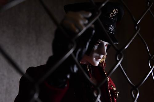 「帝都物語」の加藤保憲としてお迎えした、Ring Doll、Dracula Style-Bを廃墟風スタジオ・プラネアール笹塚で撮影しました。金網越しの加藤保憲。