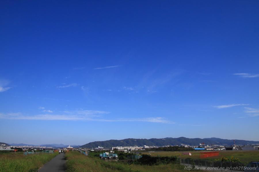 空港北側・五月山方面の空@RWY14Rエンド・猪名川土手
