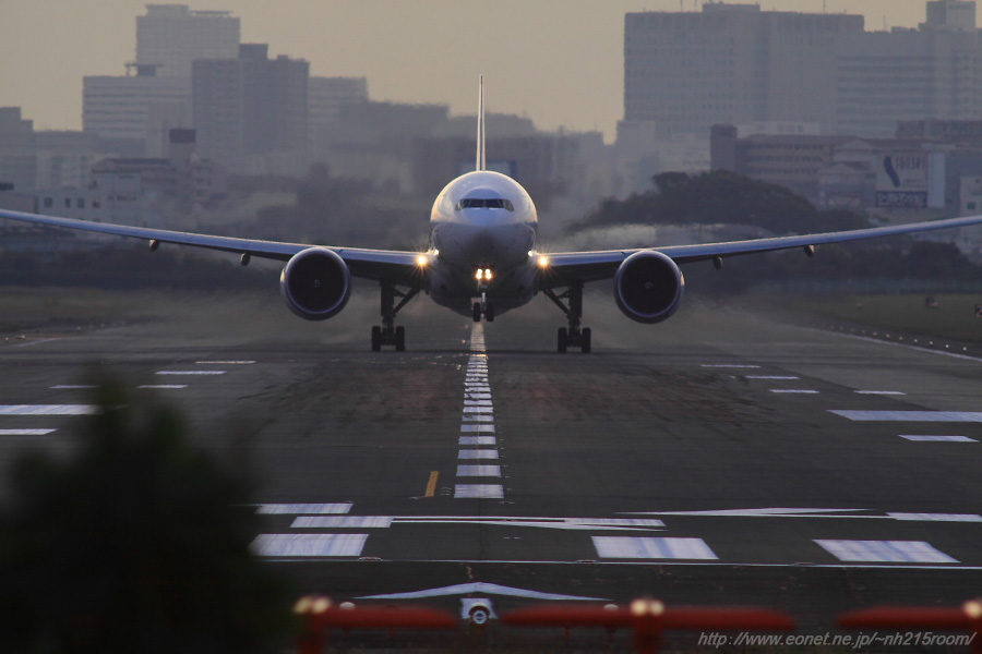 JAL B777-346ER / JA737J@RWY14Rエンド・猪名川土手(正面)