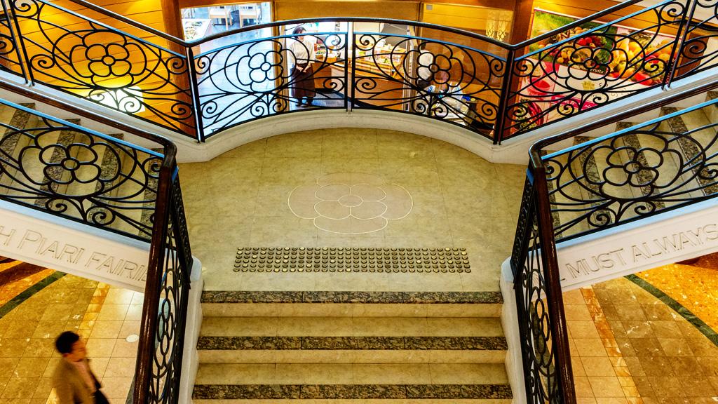 シネマエリア 2Fから1Fへの階段(イクスピアリ)(TDR)