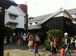 160819 (100)カクキュー八丁味噌_資料館手前(見学者の列)