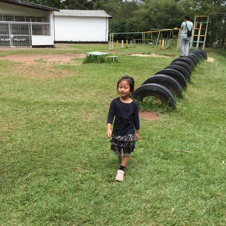 日本人学校一年生校舎裏IMG_8939