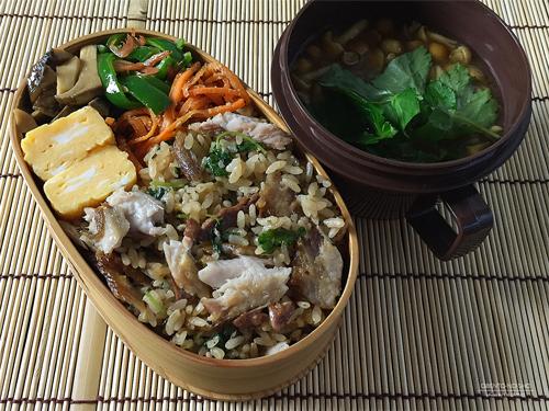 塩焼き秋刀魚の混ぜご飯弁当01