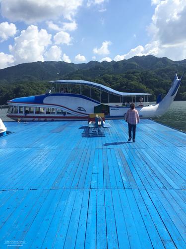 湖とクジラボードとオカン