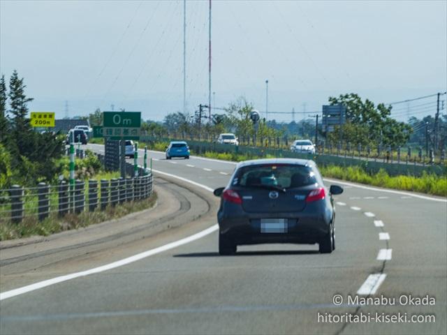 道央道を走る車
