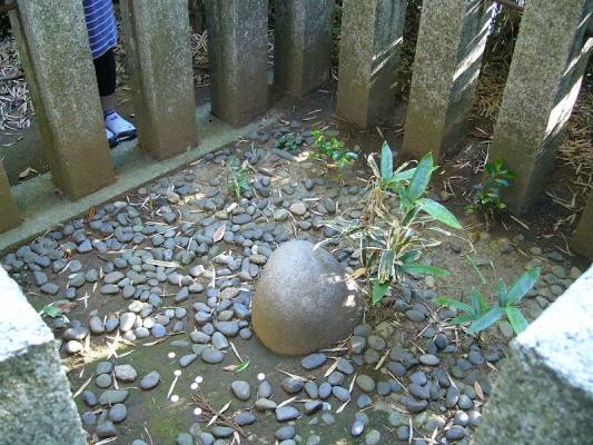 800px-Kaname-ishi-stone.jpg