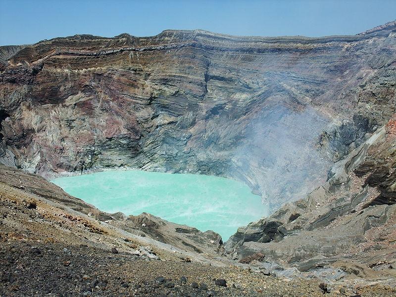 阿蘇山の火口をドローンで撮影 → エメラルドグリーンの「火口湖の水」が消えていた...