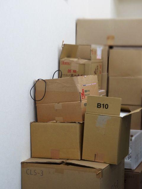 【熊本地震】行き場失う「水・1万本やマスク・18万枚」等々…ダンボール箱で埋め尽くされる大量に余った救援物資たち