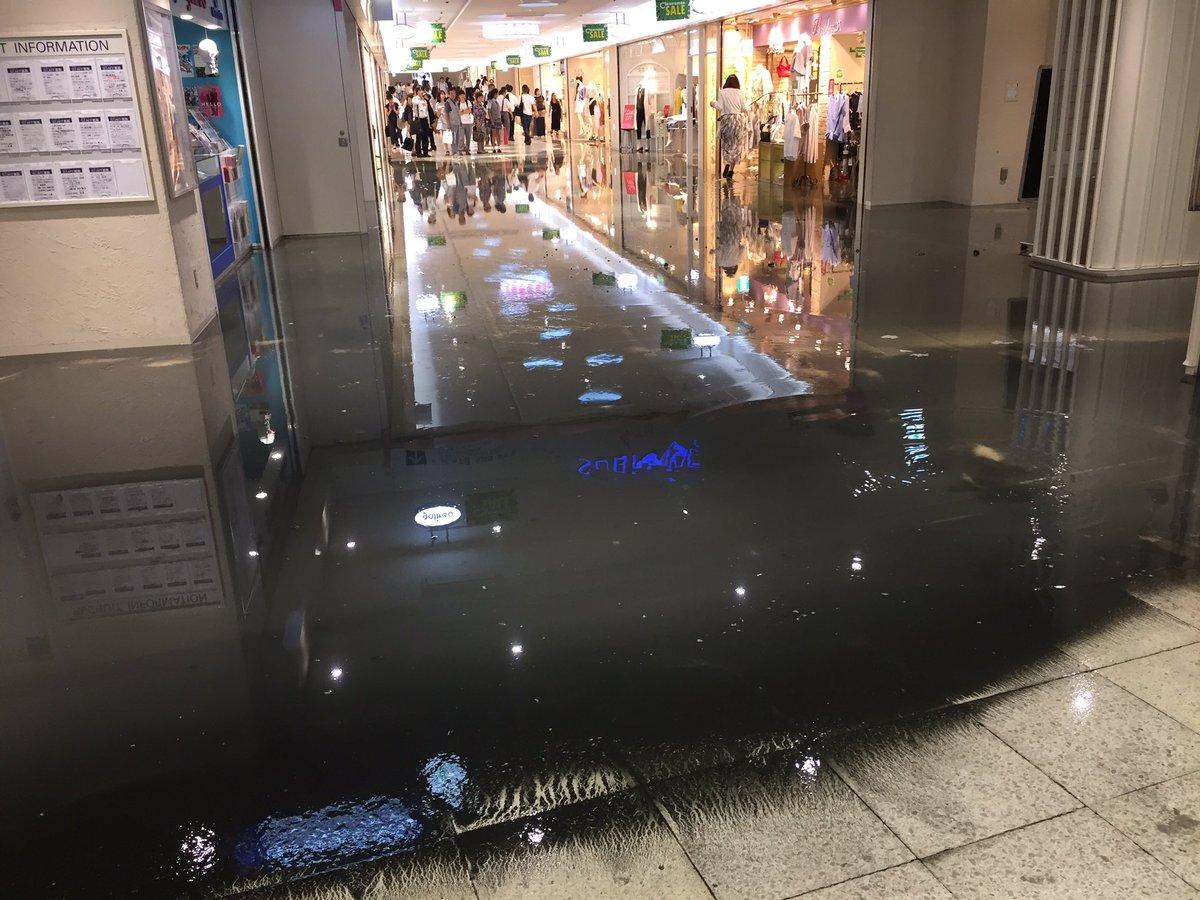 【東京】西武新宿駅の地下街「新宿サブナード」で黒い下水のような水が溢れ、浸水し一時パニックに!