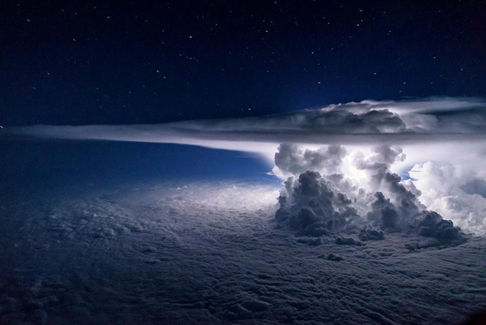 【神降臨】美しすぎる...上空から「巨大な嵐」を捉え撮影に成功!