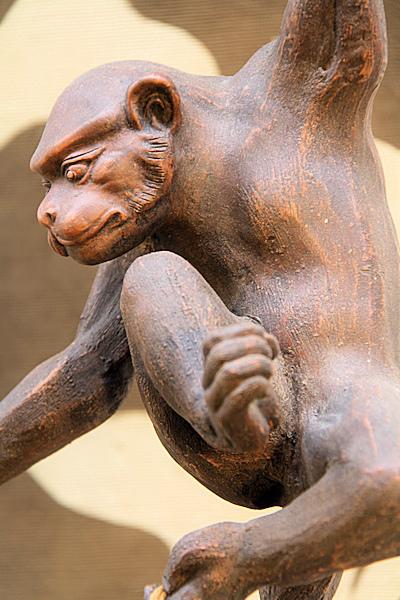 勇ましさのある猿の引っ掛け鉢